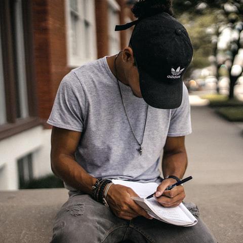 jeune écrivant dans un cahier