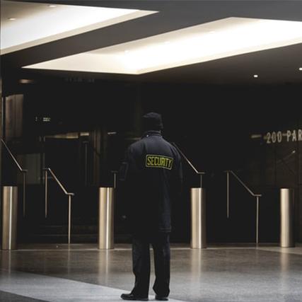 vigile dans le hall d'un batiment
